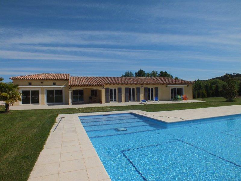 Eclairage autour piscine immofavoris for Piscine venelles