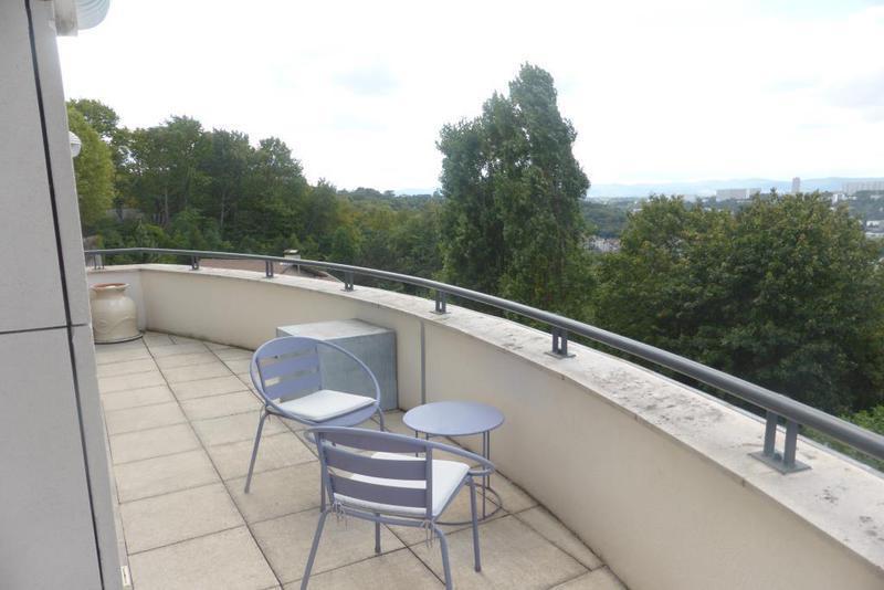 Lyon 1 terrasse piscine immofavoris for Caluire piscine