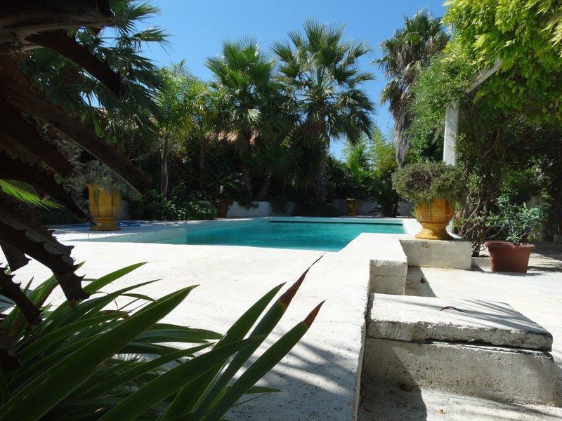 Barbecue exterieur dur piscine immofavoris - Couverture piscine tendue perpignan ...