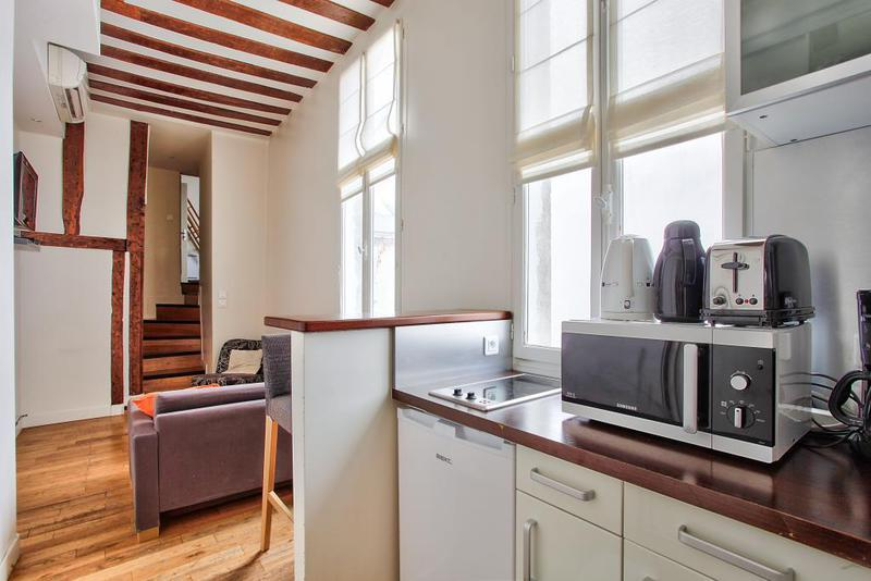 appartement atypique paris 18 immofavoris. Black Bedroom Furniture Sets. Home Design Ideas