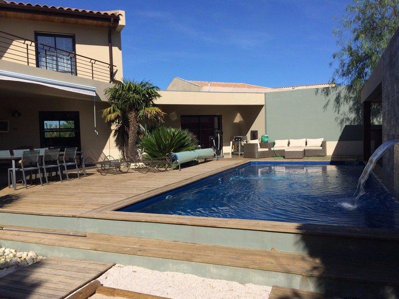 cloture villa moderne piscine immofavoris. Black Bedroom Furniture Sets. Home Design Ideas