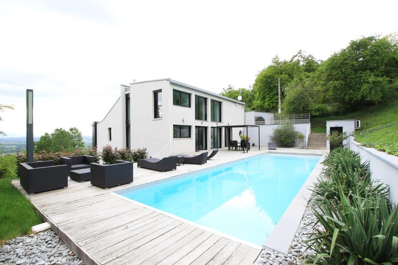 Escalier exterieur acces maison piscine immofavoris for Piscine couverte lyon
